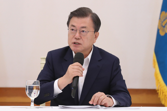 President Moon Jae-in on Wednesday speaks during a luncheon meeting with ruling Democratic Party leaders at the Blue House.  [YONHAP]