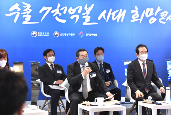 Korea International Trade Association (KITA) Chair Koo Ja-yeol, center, talks with businessmen engaging in trade on their difficulties, at COEX, southern Seoul, on Wednesday. [KITA]