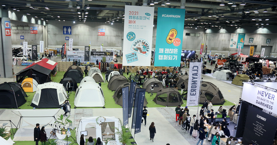 Visitors look around the ″2021 Camping and Picnic Fair″ held at Kintex in Ilsan from March 3 to March 7. [YONHAP]