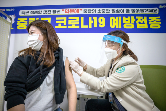 A health care worker at a health care center in Jungnang District, northern Seoul, receives an AstraZeneca shot Thursday. The government approved of the use of AstraZeneca vaccines in people 65 and older that day. [NEWS1]