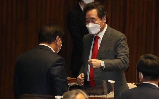 Rep. Lee Nak-yon, right, former chairman of the ruling Democratic Party (DP) and a contender in the next presidential election, celebrate the passage in December of a bill aimed at banning sending propaganda leaflets and other materials to North Korea with the DP's floor leader Kim Taenyeon. [OH JONG-TAEK]