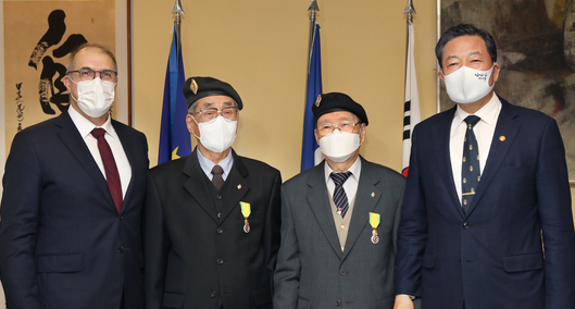 From left, Ambassador of France to Korea Philippe Lefort; Park Dong-ha and Park Moon-joon, veterans of the Korean War (1950-53) who served with the French Battalion; and Hwang Ki-chul, minister of patriots and veterans affairs, celebrate the presentation of La Medaille Militaire to Park Dong-ha and Park Moon-joon for their meritorious service and acts of bravery during the war at the French Embassy in Seoul on Thursday. [PARK SANG-MOON]