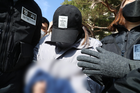 A 22-year-old woman who allegedly abandoned a 3-year-old last August turned out to be the child's sister, according to police on Thursday. This photo shows the 22-year-old exiting a court in Daegu on Feb. 12 after she was placed under arrest. [NEWS1]