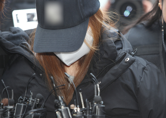 The 3-year-old girl's biological mother, a woman in her 40s, entering a court in Daegu on Thursday for the hearing on her arrest warrant. [YONHAP]
