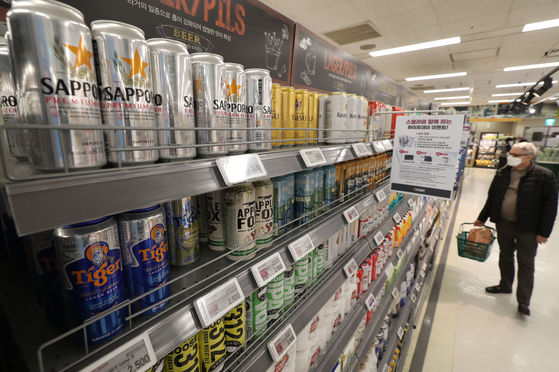 Japanese beers on sale at a discount mart in Seoul on Thursday. According to the Korea Customs Service and the local alcohol industry, Japanese beer imports surged 670 percent in January this year compared the year earlier period. Imports of Japanese beer, which was once subject to an informal boycott, have been rising for five consecutive months. [YONHAP]