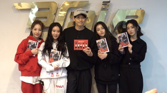 Girl group Brave Girls pose with singer Rain on Thursday. [JTBC]
