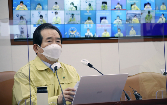 Prime Minister Chung Sye-kyun announces an extension of current social distancing recommendations for two more weeks at a meeting at the Central Government Complex in Seoul on Friday. [YONHAP]