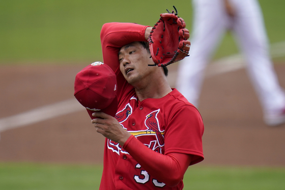 St. Louis Cardinals starting pitcher Kim Kwang-hyun pauses during the first inning of a spring training game against the New York Mets in Jupiter, Florida on March 3. [AP/YONHAP]