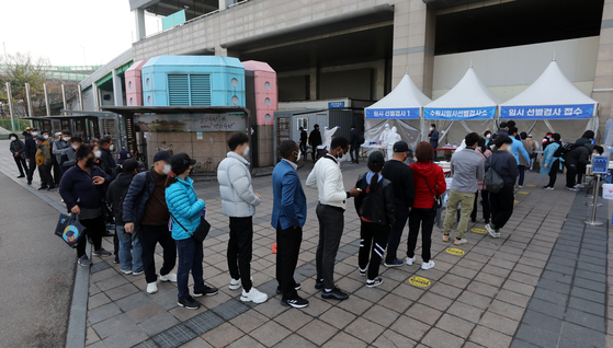 A long line of people wait to get Covid-19 tests Sunday near Suwon Station in Gyeonggi Sunday, the first weekend after the Gyeonggi provincial government ordered foreign workers to get tested after major outbreaks in foreign communities. [NEWS1]
