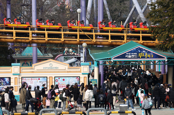 Visitors flock to Seoul Land, an amusement park in Gwacheon, Gyeonggi, on Sunday as warm weather arrives in the country. [YONHAP]
