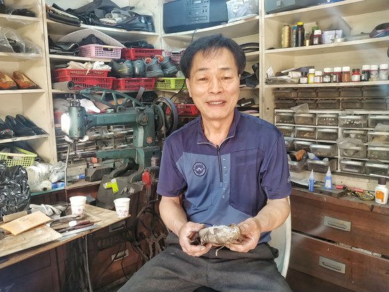 Huh Wan-hwae, the owner of a shoe repair shop located on the campus of Ewha Womans University, is thinking about closing due to lack of business as more and more students choose sneakers over pumps or heels. [JOONGANG ILBO]