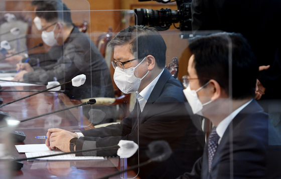 Land Minister Byeon Chang-heum on Sunday attends a meeting with Prime Minister Chung Sye-kyun regarding corrective measures to be taken at LH. [NEWS1]