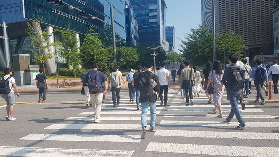 A scene from the morning commute in Pangyo, Gyeonggi, where many local IT companies are located. Many of the workers wear casual clothes and shoes to work instead of suits and ties. [JOONGANG PHOTO]