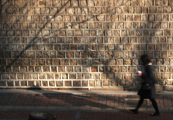 A path part of the stonewall walkway outside of Deoksu Palace in central Seoul on March 3. [YONHAP]