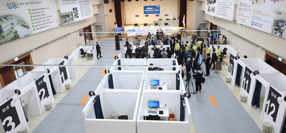 Seoul city and district officials visit the city's first Covid-19 vaccination center set up at the Seongdong District Office Auditorium in central Seoul Monday. [NEWS1]