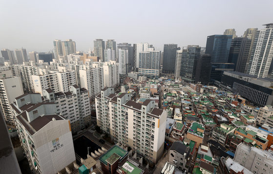 View of apartments in Gongdeok-dong, Mapo in Seoul on March 15. Seoul's apartment assessed value for this year saw the sharpest increase since 2007. [YONHAP]