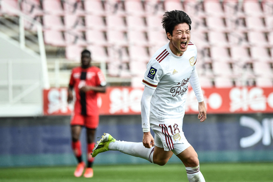 Bordeaux's Korean forward Hwang Ui-jo celebrates after scoring a goal during a Ligue 1 match against Dijon at the Gaston Gerard stadium in Dijon on Sunday. [AFP/YONHAP]
