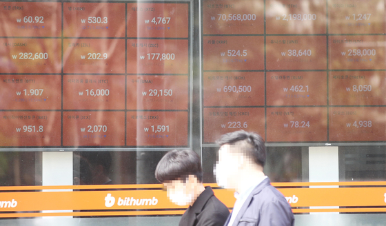 Electronic board in front of Bithumb's Gangnam office shows the value of bitcoin exceeding 70 million won for the first time on March 14. [YONHAP]