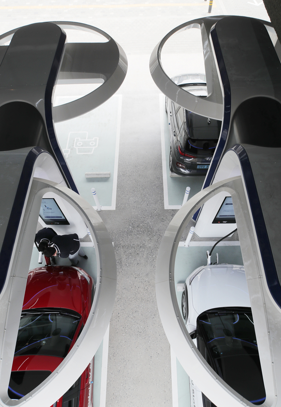 Drivers charge their electric vehicles (EVs) at Hyundai EV Station in Gangdong District, eastern Seoul, on Monday. Hyundai Motor said it plans to install a total of 120 super-fast charging stations on highways across the country and in the downtown area. [YONHAP]