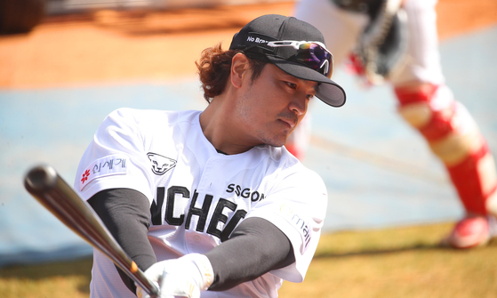 SSG Landers' slugger Choo Shin-soo trains on the sidelines of a practice game against the Samsung Lions in Daegu Samsung Lions Park on Tuesday. [YONHAP]
