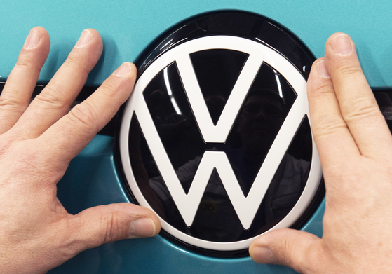 Volkswagen plans six large battery factories in Europe by 2030 so it sell more electric cars while driving down battery prices and making electric mobility more affordable, an effort that would reduce dependence on Asian suppliers and help the company compete with newcomer Tesla. [AP/YONHAP]