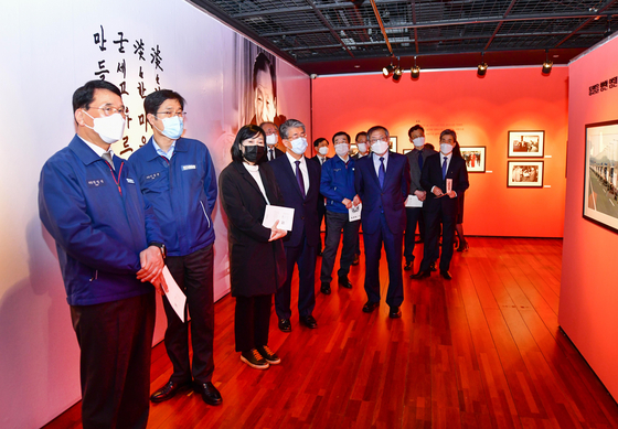 Hyundai Heavy Industries officials, including co-CEOs Han Young-seok, left, and Lee Sang-kyun, second from left, attend an exhibition of photos of late Hyundai Group founder and leading business tycoon Chung Ju-young at Hyundai Arts Center in Ulsan on Tuesday. This year marks the 20th anniversary of the late business tycoons death. [HYUNDAI HEAVY INDUSTRIES]