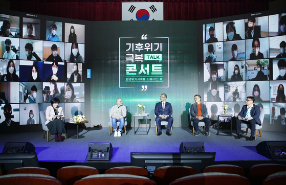 Panelists, from second from left, WWF brand ambassador Tyler Rasch, K-water CEO Park Jae-hyeon, former head of the National Institute of Metrological Science Jo Cheon-ho and Who's Good CEO Thomas Yoon attends K-water's conference on climate change held in Gwacheon on Tuesday. [K-WATER]