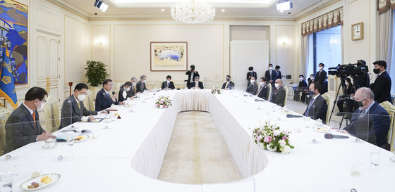 President Moon Jae-in speaks during a meeting with Costa Rican, Guatemalan and Colombian ministers, as well as Brazil's ambassador to Korea, in the Blue House in Seoul on Tuesday. Moon said Korea will actively support Latin American and Caribbean (LAC) countries in their efforts to foster the digital and environmentally friendly sector. The ministers are on a visit to Seoul for the two-day Korea-LAC Digital Cooperation Forum set for Wednesday. [YONHAP]