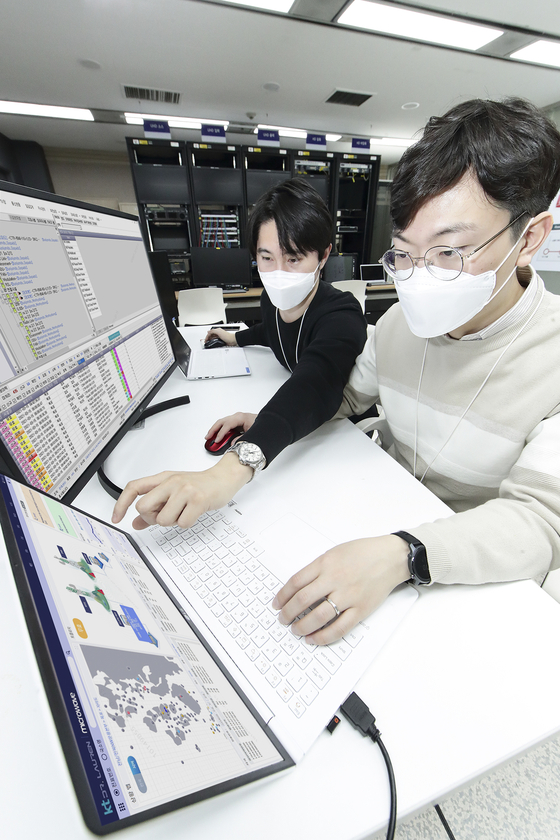 KT researchers operate Dr. Lauren MW, a 5G microwave network recovery system that runs on artificial intelligence, at KT RND Center in Seoul. KT said it is the first in the industry to succeed in creating a system that could automatically detect network malfunctions. [KT]