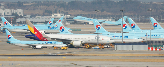 Korean Air Liens and Asiana Airlines aircraft parked at Incheon International Airport last week. [NEWS1]