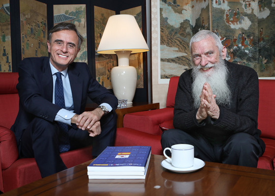 From left, Juan Ignacio Morro, ambassador of Spain to Korea, and Father Luis Maria Uribe of the Franciscan order at the diplomatic residence of the ambassador in Seoul on March 10. [PARK SANG-MOON]