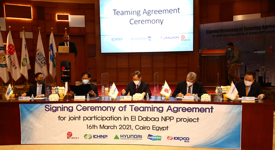 KHNP CEO Chung Jae-hoon, center, signs a partnership agreement with Petrojet in which Korean companies will train locals on the development of a nuclear power plant in Cairo. [KHNP}