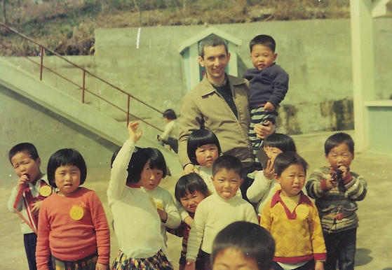 Father Uribe with young children at Sungsimwon, a home for people with Hansen's disease in Sancheong County, South Gyeongsang, in 1977 when he first visited. [SUNGSIMWON]