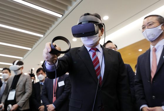 Prime Minister Chung Sye-kyun wears a virtual reality (VR) headset to experience a VR smart factory during his visit to Open Lab in LG's Science Park in Gangseo District, western Seoul, on Wednesday. [NEWS1]