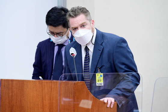 Joseph Nathan Nortman, CEO of Coupang Fulfillment Services, speaks during a hearing about Coupang delivery workers' deaths held by National Assembly's Environment and Labor Committee in Yeouido, western Seoul, on Feb. 22. [JOONGANG PHOTO]