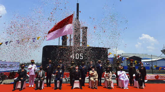 Kang Eun-ho, head of Korea's Defense Acquisition Program Administration, attends a ceremony in Indonesia on Wednesday to mark the handing over of a 1,400-ton submarine to its navy. The 61-meter (200-foot) submarine, dubbed Alugoro, was the third unit Korea delivered to Indonesia under a 1.3-trillion-won ($1.15 billion) contract in 2011 to export three submarines to the Southeast Asian country. Daewoo Shipbuilding & Marine Engineering delivered the first two submarines to the Indonesian Navy in 2017 and 2018, and the last unit's main body was delivered to Indonesia earlier for final assembly by local shipbuilder PT PAL. Indonesia signed another deal with Korea in 2019 to purchase three additional submarines, but the project has made little progress. [YONHAP]