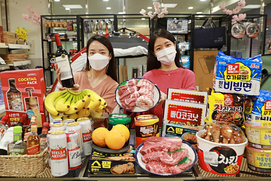 Models pose with camping-related products at Lotte Mart in Jung District, central Seoul on Wednesday, ahead of a camping discount event to run from today to March 24. [YONHAP]