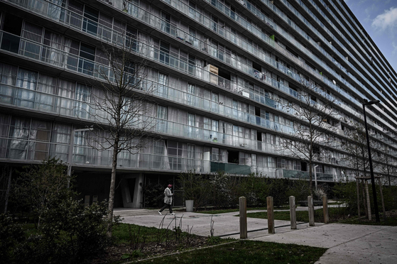 A view of the social housing complex ″Grand Parc″ built in the 1960s and which 530 dwellings were rehabilitated between 2014 and 2017 by the Lacaton and Vassal architect agencies. - The Pritzker Prize was awarded on Tuesday to French duo Jean-Philippe Vassal and Anne Lacaton for their affordable, eco-friendly spaces that prioritize the well-being of the many. [YONHAP/AFP]