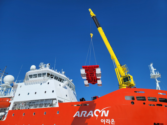 The country's first ice-breaking research vessel Araon arrives at Gwangyang Port in South Jeolla, Thursday after a voyage of 139 days to the Antarctic. [YONHAP]