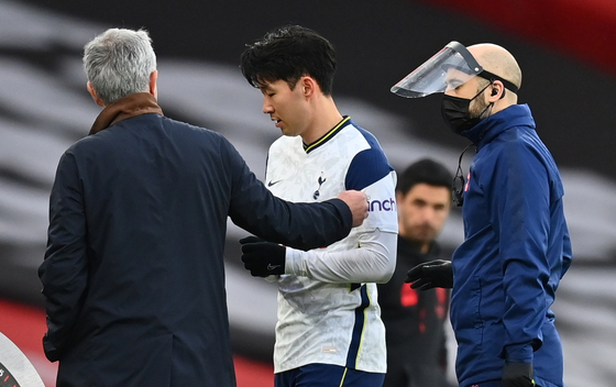 Tottenham Hotspur manager Jose Mourinho talks to Son Heung-min as the Korean striker leaves the pitch with an injury during a match against Arsenal in London on March 14. [EPA/YONHAP]