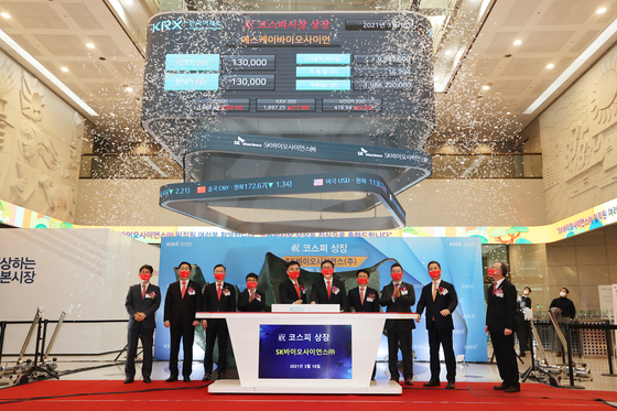 Korea Exchange Chairman Sohn Byung-doo, fifth from left, and SK Bioscience CEO Ahn Jae-yong, sixth from left, celebrate the listing of SK Bioscience as a Kospi constituent stock on Thursday at the Korea Exchange building in Yeouido, western Seoul. [YONHAP]