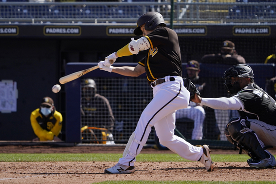 San Diego Padres' Kim Ha-seong singles in the fourth inning of the team's spring training baseball game against the Chicago White Sox, on March 16 in Peoria, Arizona. [AP/YONHAP]