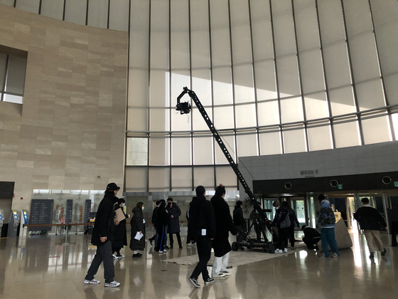 A large crane camera enters the National Museum of Korea after closing hours to shoot the opening show of the Seoul Fashion Week featuring popular band Leenalchi on March 9. [YIM SEUNG-HYE]