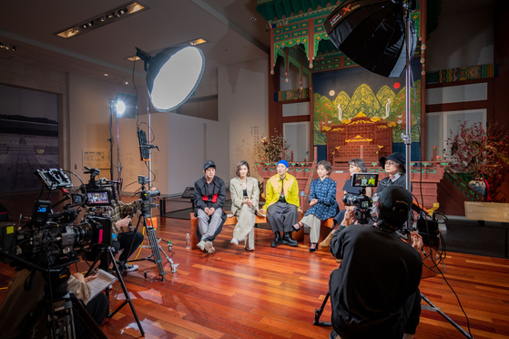 The band Leenalchi dressed in different designers' latest collections, sits down for an interview at the National Museum of Korea behind a backdrop featuring ilwolobongdo, the famous depiction of the sun, moon and five peaks that symbolize power and eternity, which was placed behind the king's thrones of the Joseon Dynasty (1392-1910). [SEOUL METROPOLITAN GOVERNMENT]