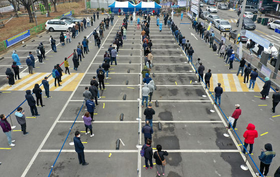 People line up for Covid-19 tests at a testing site in Danwon District in Ansan, Gyeonggi, amid backlash over the local government's administrative order for all foreign workers in the province to get tested. [NEWS1]