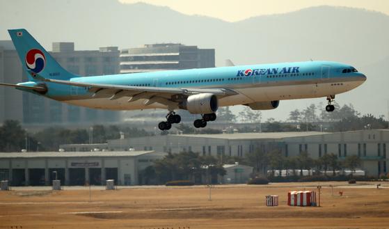 A Korean Air Lines aircraft lands at Incheon International Airport last month. [YONHAP]