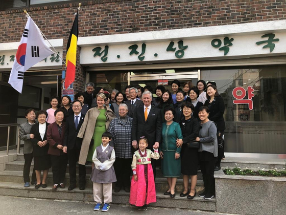 King Philippe and Queen Matilde visit Marie-Helene Brasseur, Belgian doctor, who has been serving in Korea since 1972 at the Jeon Jin Sang Clinic she helped establish. [EMBASSY OF BELGIUM IN KOREA]