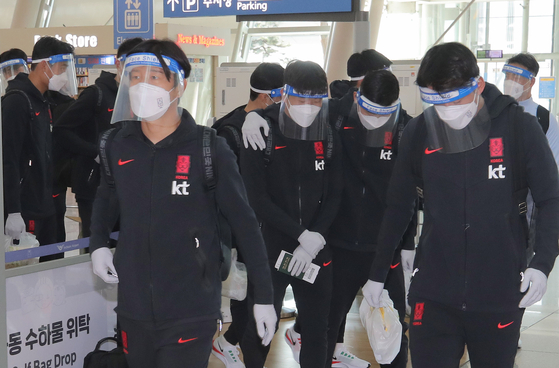 Korean national football team players, who will play a friendly match against Japan on Thursday, leave for Japan from Incheon International Airport on Monday morning. [YONHAP]