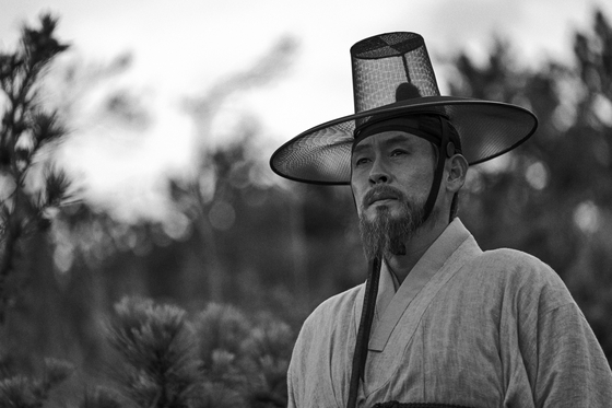 """In director Lee Joon-ik's upcoming film """"The Book of Fish"""" which hits local theaters on March 31, the director focuses on the life of scholar Jeong Yak-jeon (played by Seol Kyung-gu) who was exiled to Heuksan Island during the reign of King Sunjo where he wrote his book """"Jasaneobo.""""[MEGABOX PLUS M]"""