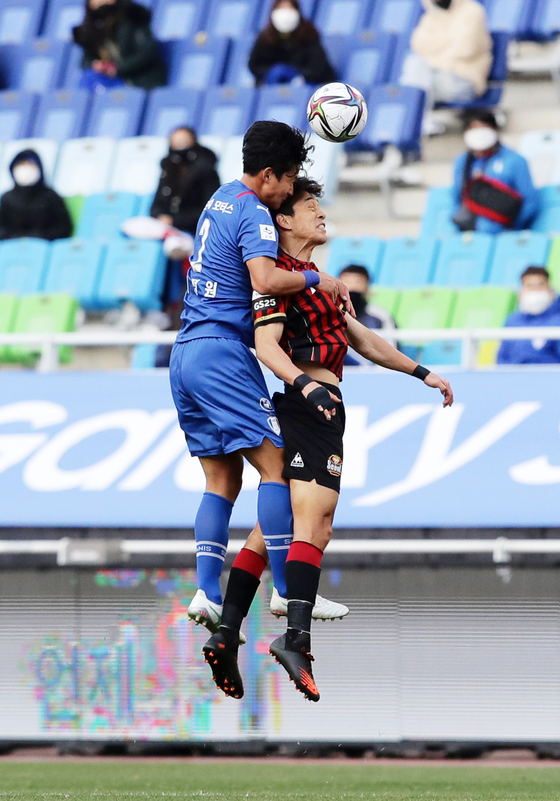Suwon Samsung Bluewing's Choi Jung-won and FC Seoul's Park Chu-young fight for the ball during a match at Suwon World Cup Stadium in Suwon, Gyeonggi, on Sunday. [NEWS1]